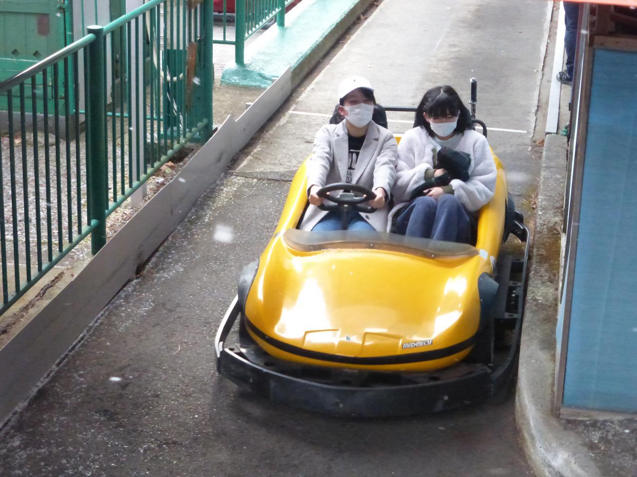 ゴーカートも楽しみました。こちらは上田が運転。安定感ある?(理子/きいな)