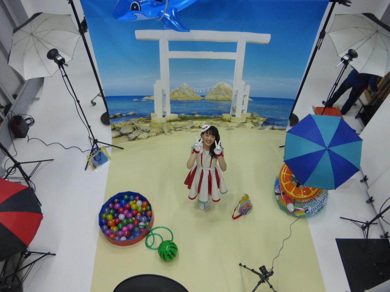 ジャケット撮影はこんな感じで、福岡県の糸島にある桜井二見ヶ浦の夫婦岩と鳥居をイメージしたバック紙の前で。(愛)