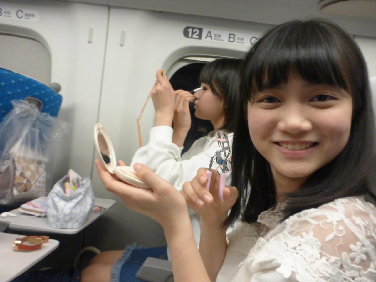 Saat sedang di shinkansen. Akhir ini mulai bisa melakukan make up sendiri. Bertumbuh ya ! (Sora/Arisa)