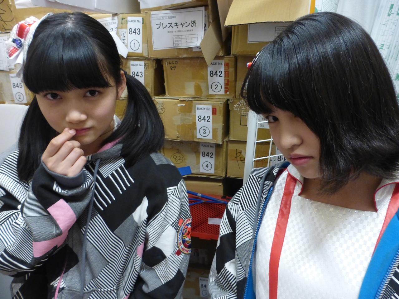 Nishigaki apakah dibilang jangan bicara, ia melakukan gesture menutup resleting dimulut. Hoshino, ini…… aura anak nakalnya keluar ya haha (Tertawa). (Arisa/Sora)