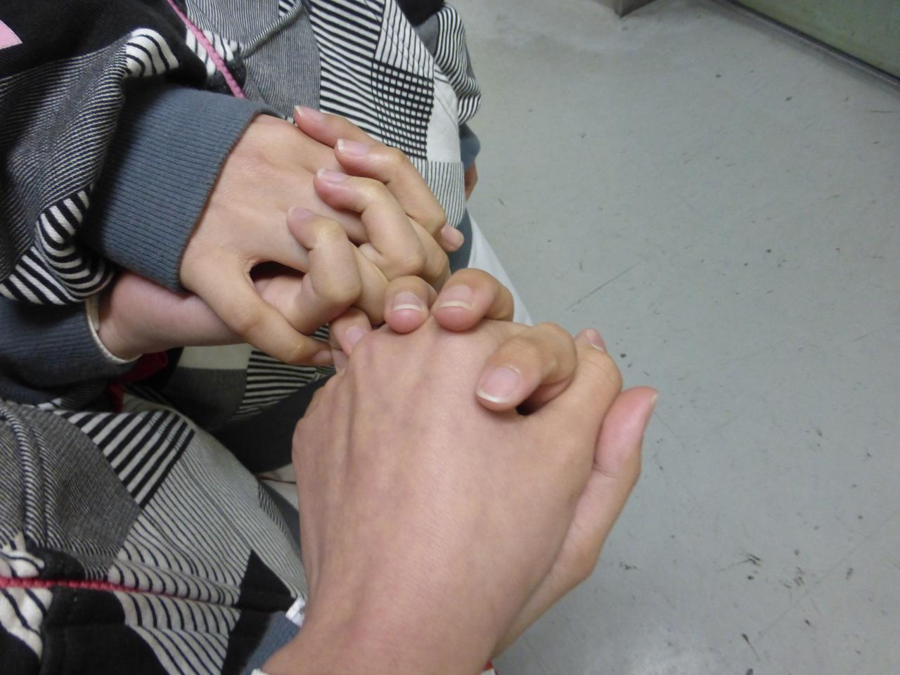 イベント前は緊張するようで、割とメンバー同士で手を握り合っている事が多いですね。♪手をつないーでーいこー。(ばってん少女隊)