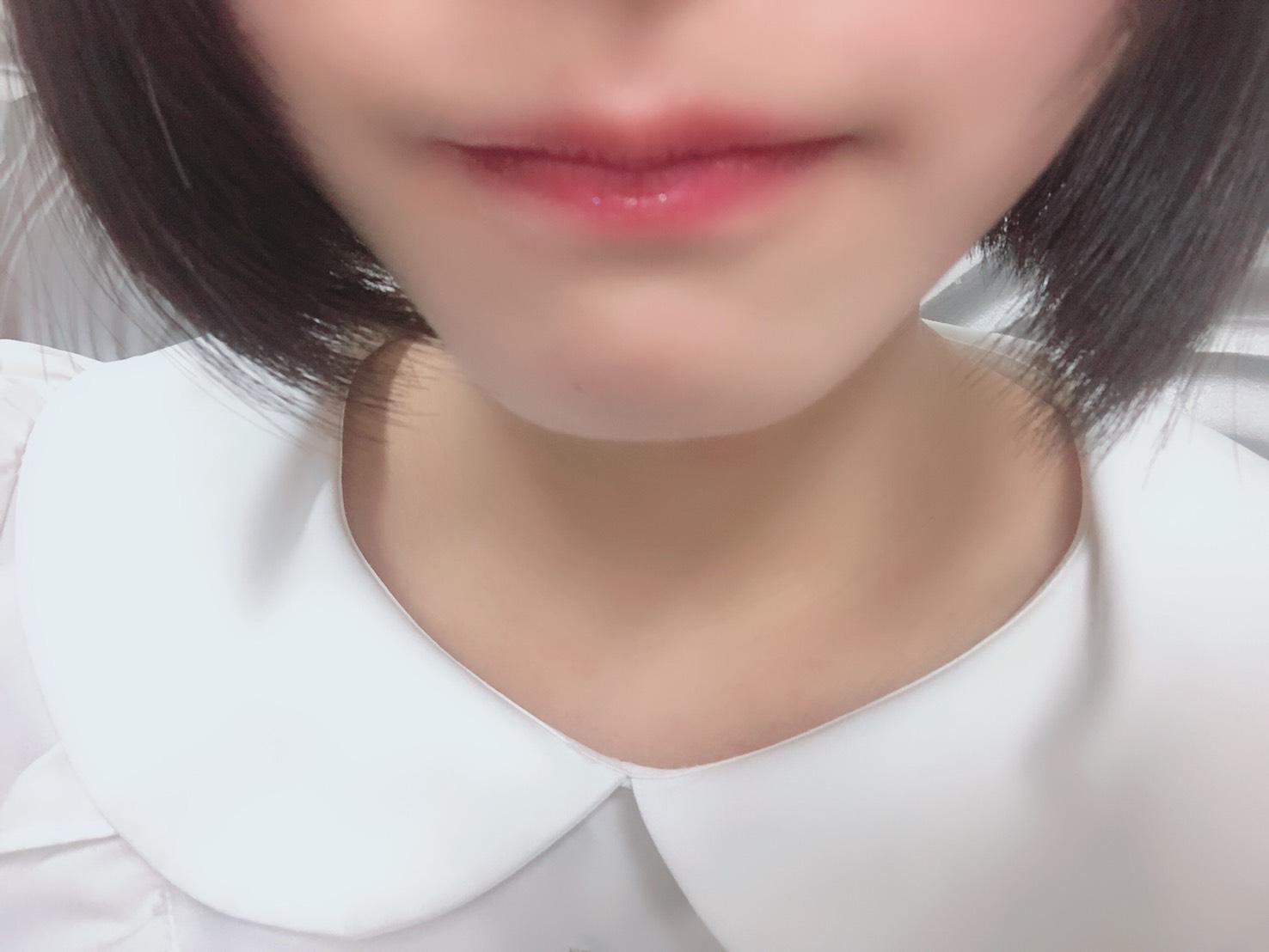 私のスマホで唇の自撮りをする佐々木舞香