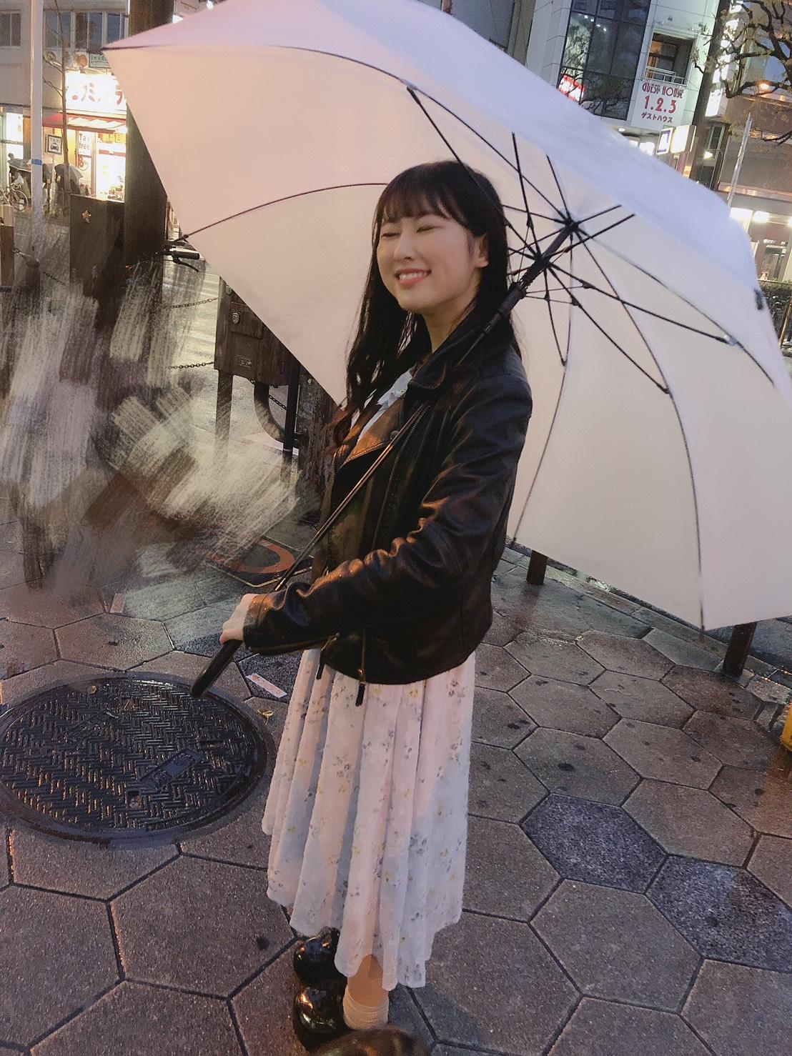 大きな傘に小さい杏奈