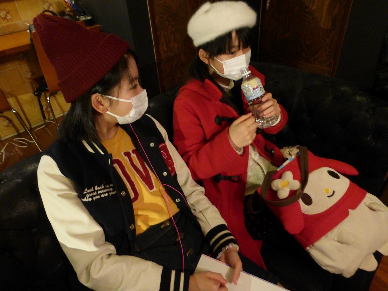 マスクが手放せない季節ですね。で、そのまま飲むの?(左:理子/右:有彩)