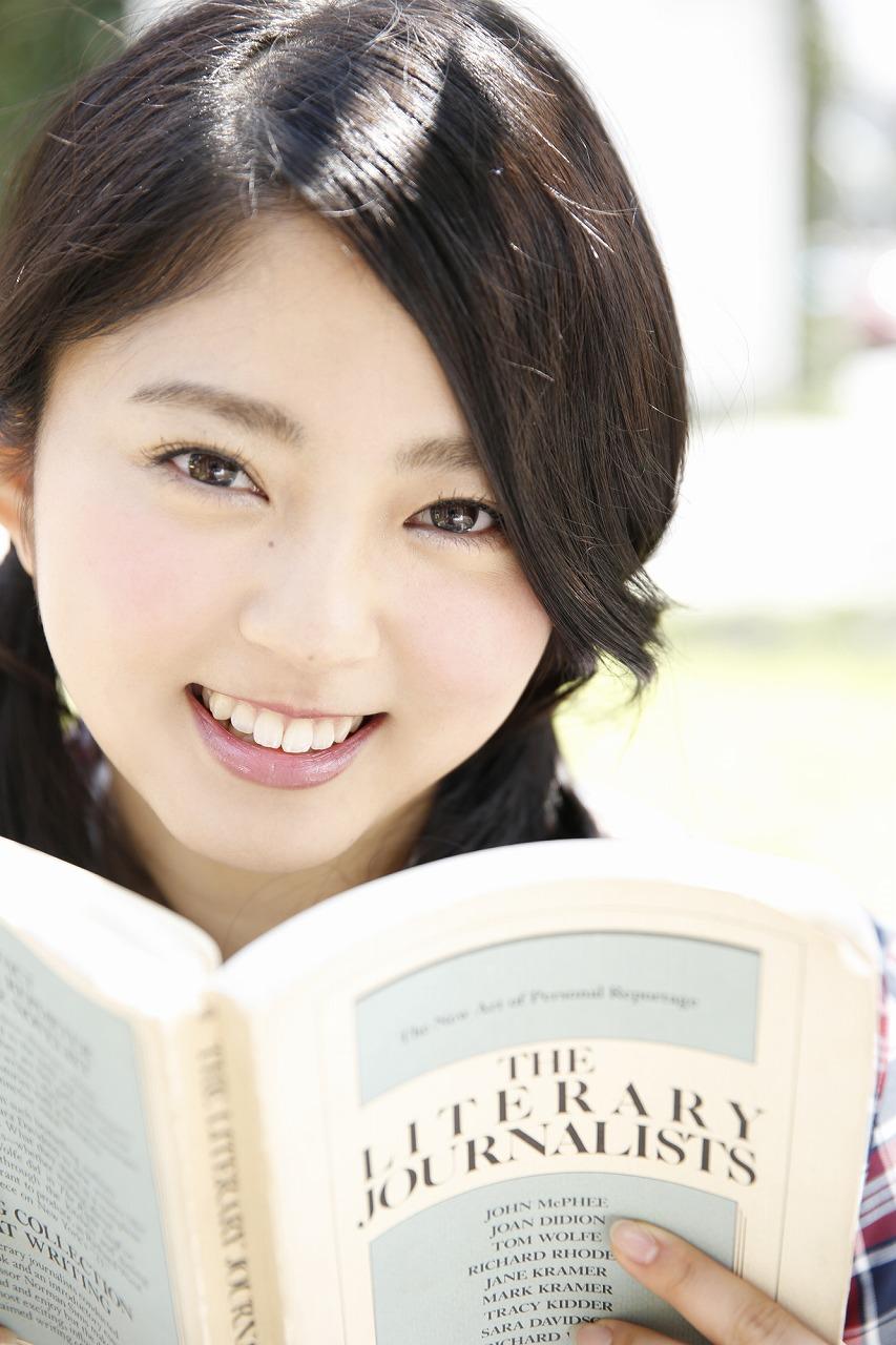本を読みながら笑顔の鈴本美愉の画像♪