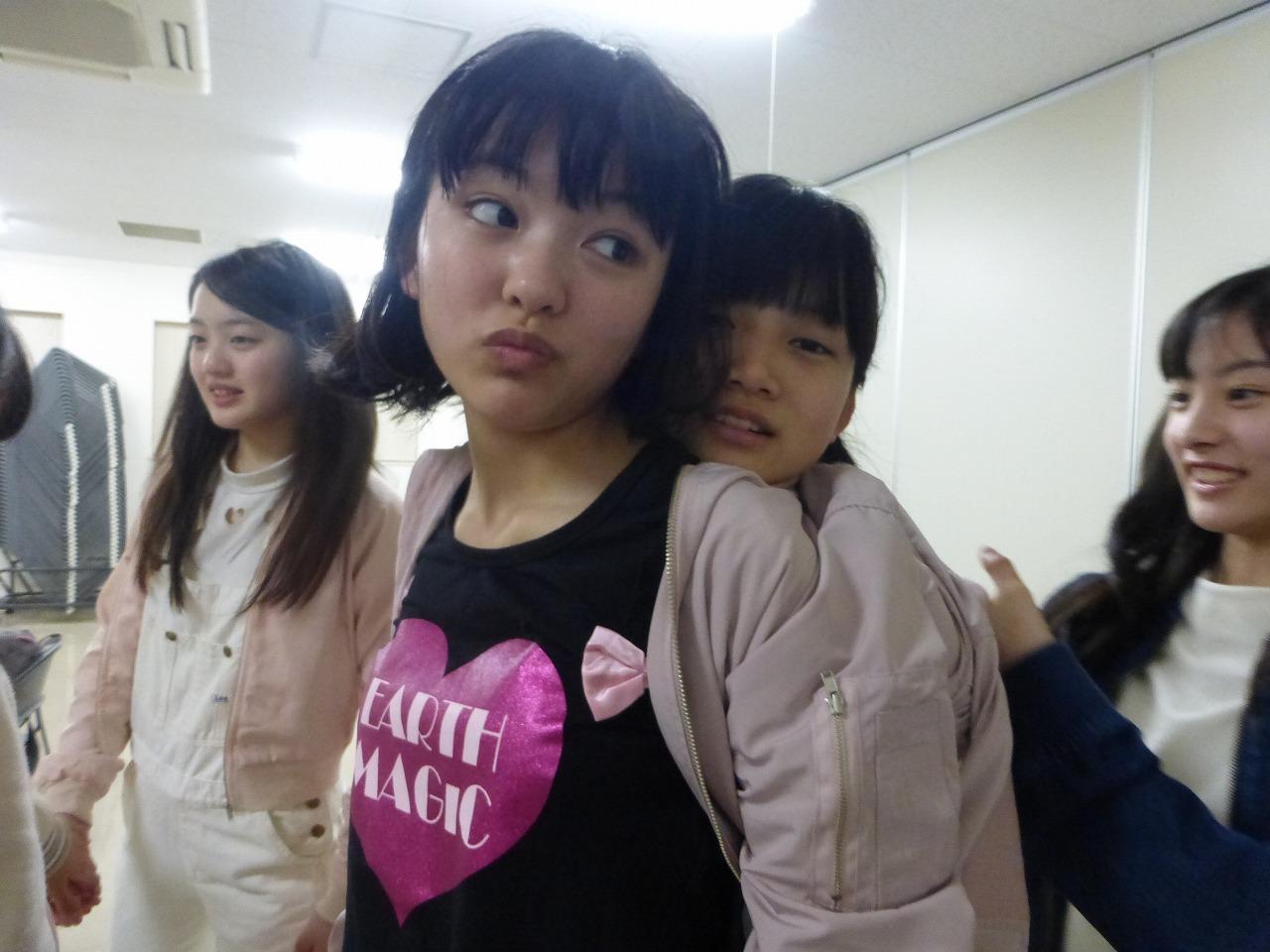 西垣が上田の服の中に入り込んでます。落ち着くらしい。(愛/理子/有彩/さくら)