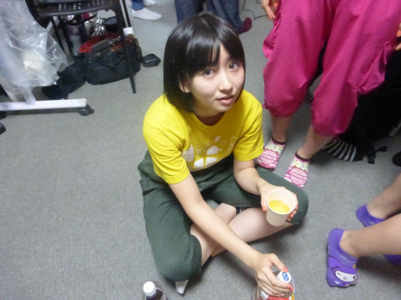 黄色いものを飲む黄色。行儀が悪く見えますが控え室が狭い場合はこんな事もあるんです。(きいな)