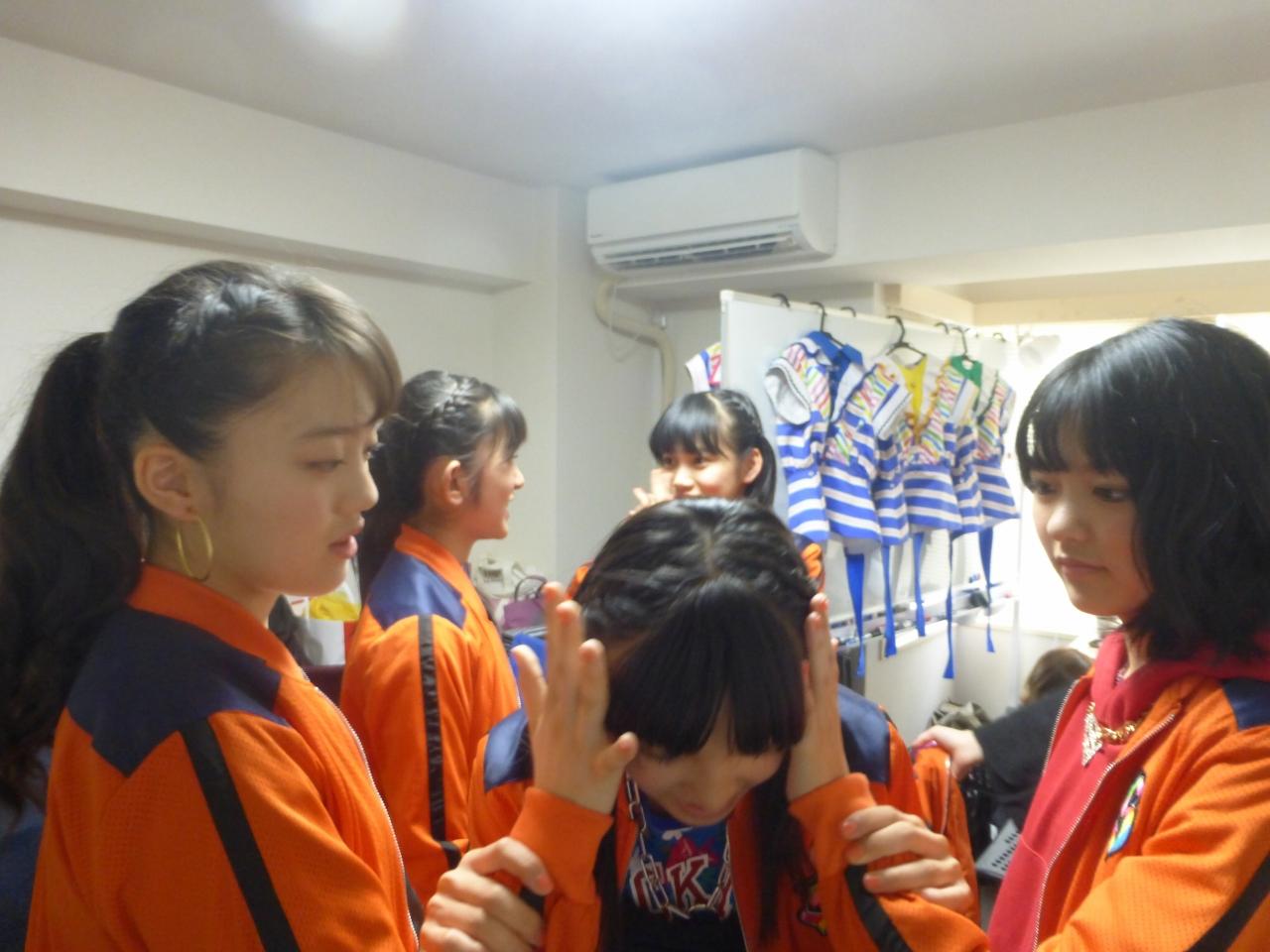 キケチャレ!さんとのコラボ本番前、緊張している蒼良は愛と理子の手の手を耳に当てると~(愛/蒼良/理子)