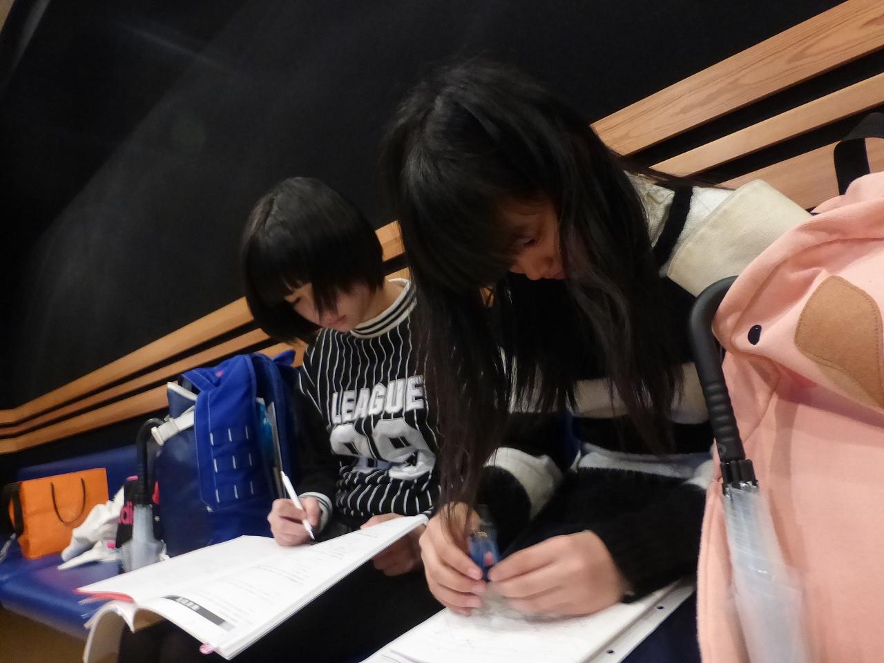 宿泊が多い遠方組の二人、この日も空き時間に宿題を。(左:きいな/右:有彩)