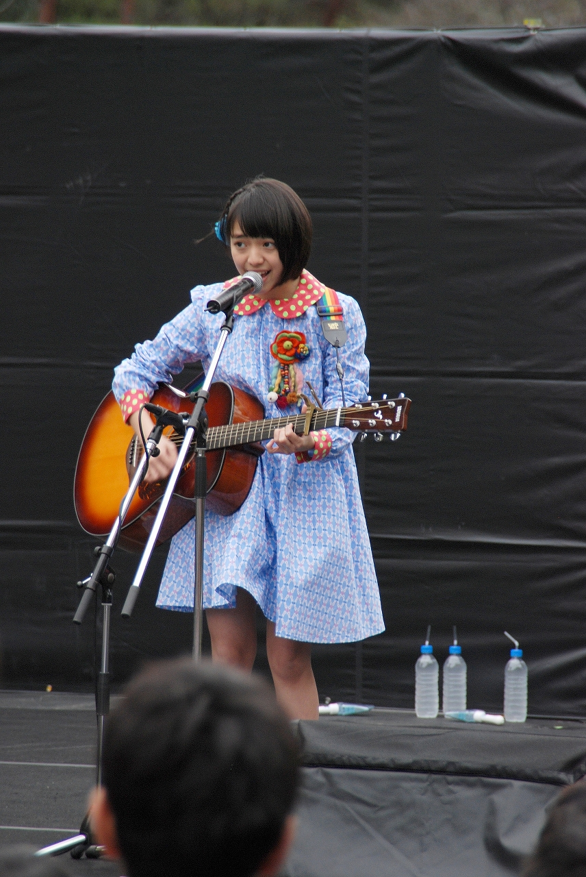 特技のアコースティックギターを披露する内藤