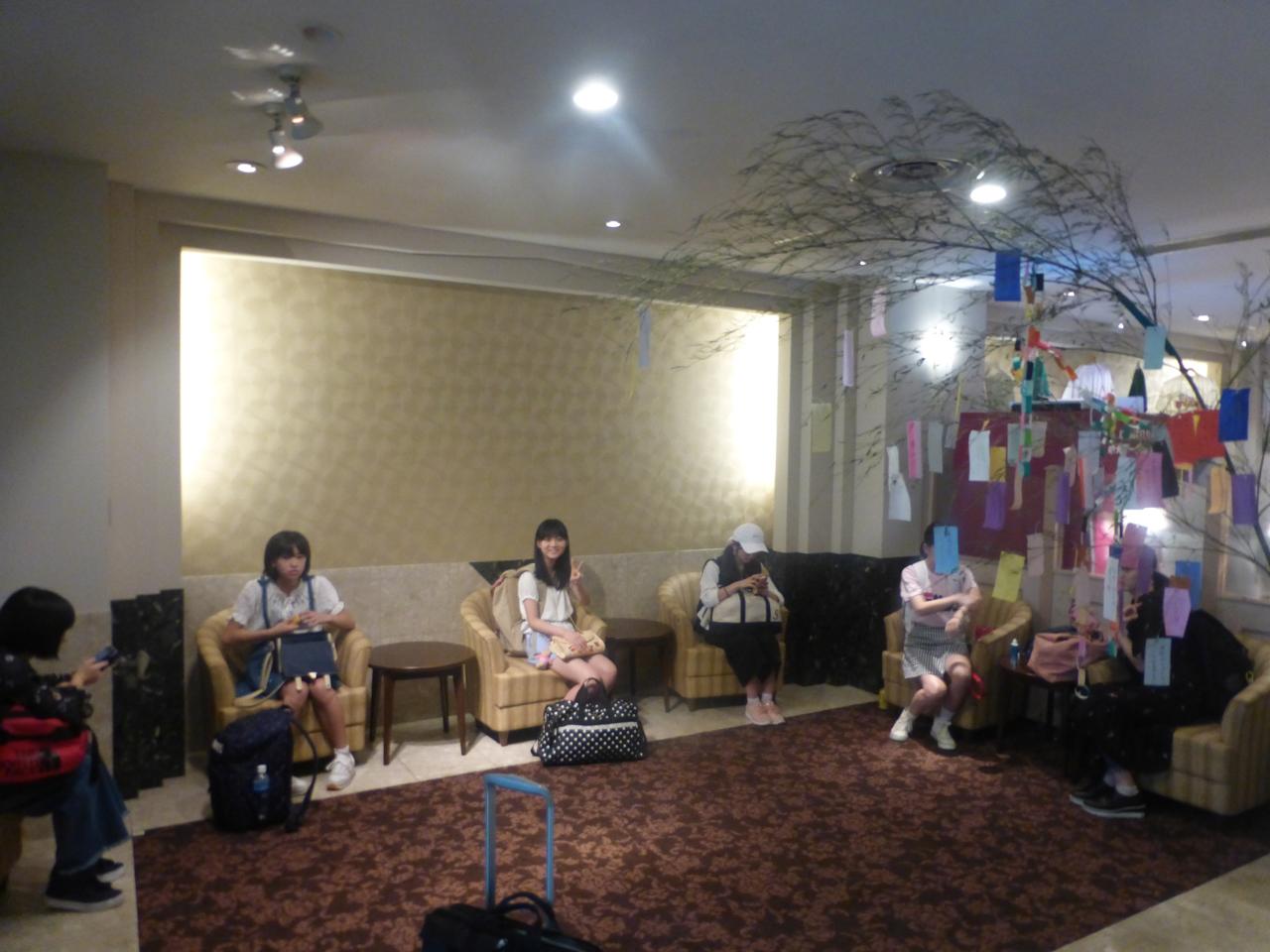 台風で中止になった仙台の七夕フェスタ。ホテルのロビーには沢山の短冊が。(ばってん少女隊)