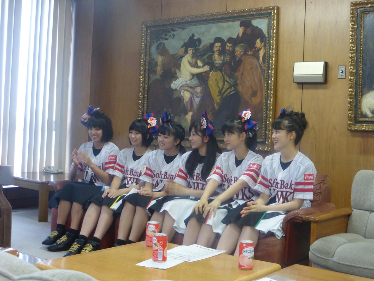 仙台で取材を受けてます。ぶれずにホークスユニフォーム。(ばってん少女隊)
