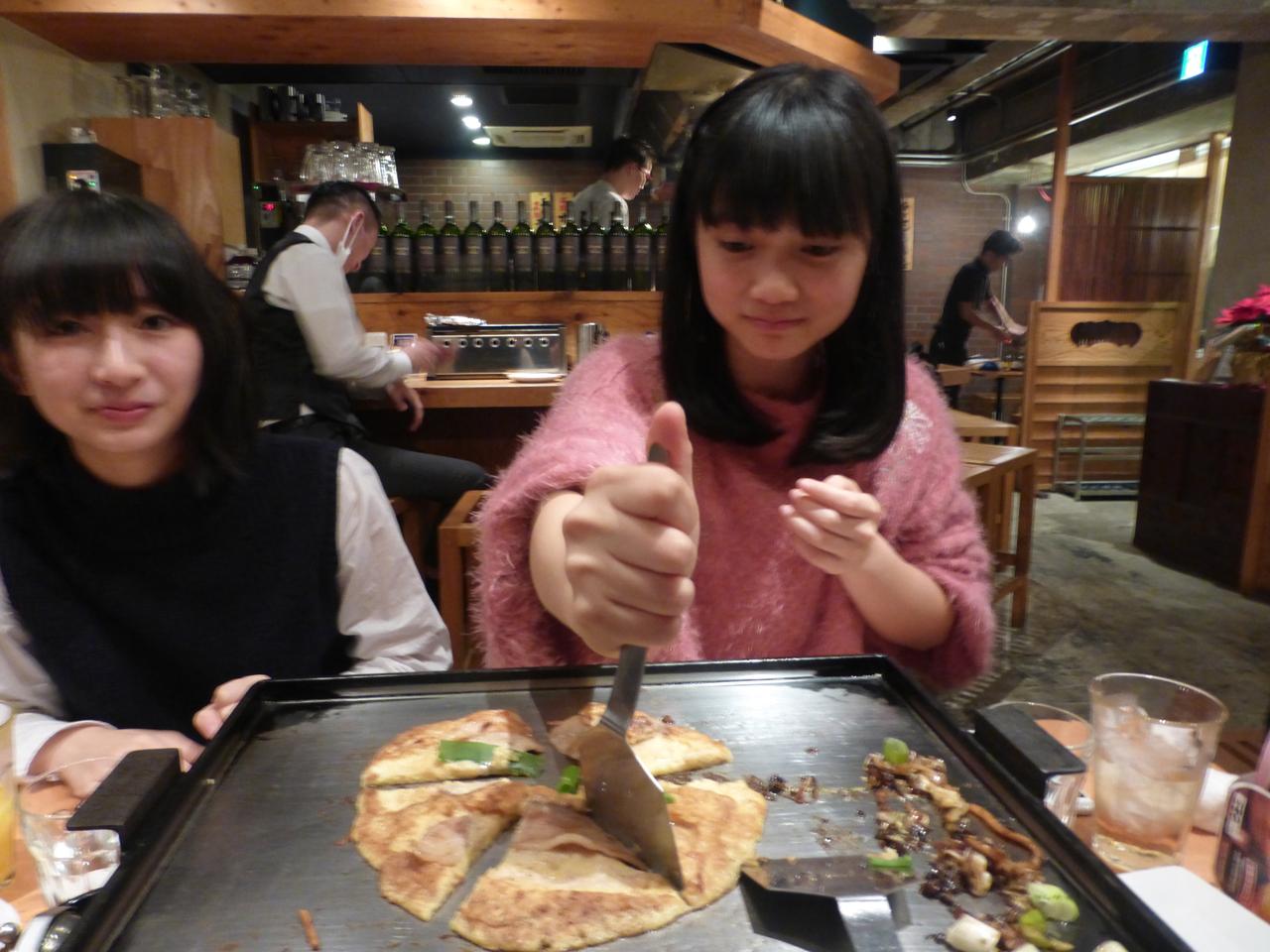 切り分けるのは女子力タカシの西垣さんにお任せ。(きいな/有彩)