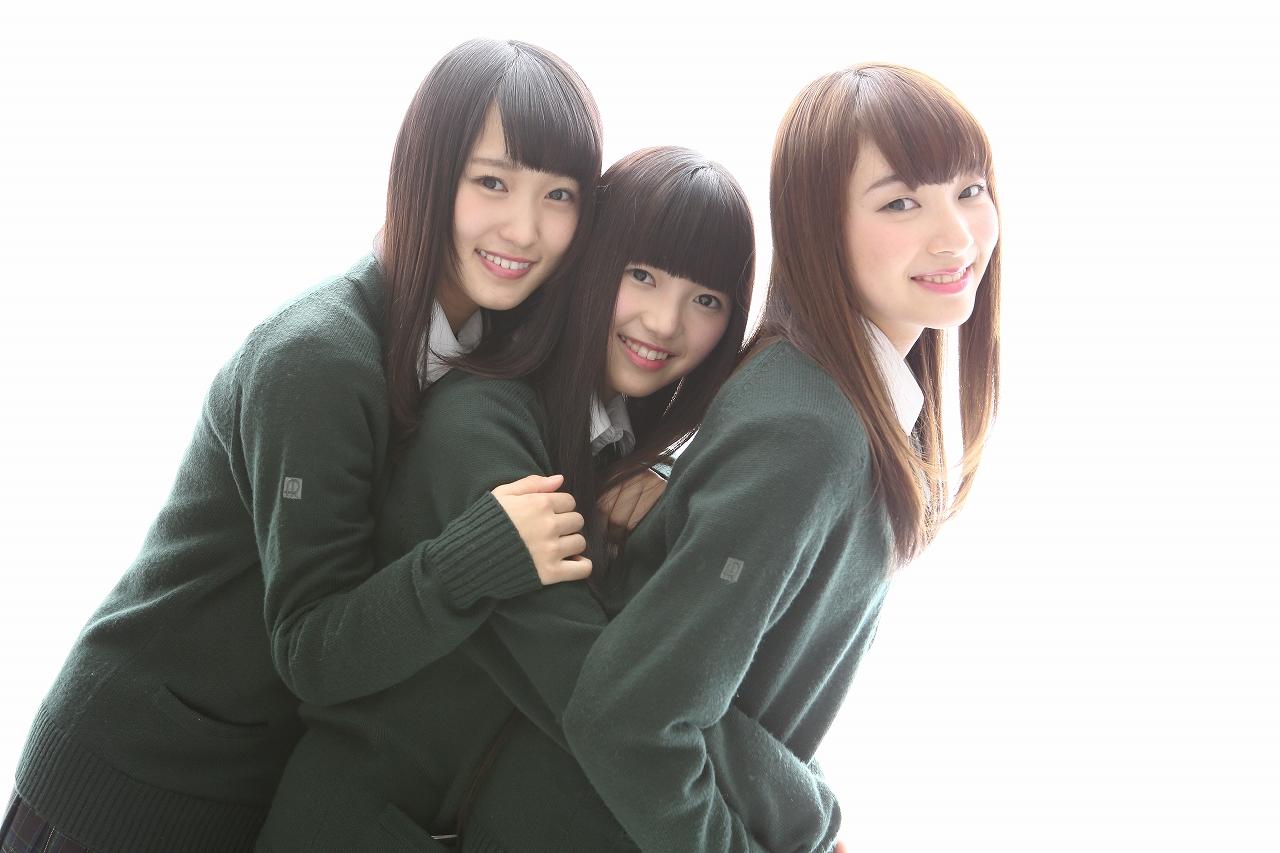 写真左から菅井友香(すがい・ゆうか)、上村莉菜(うえむら・りな)、佐藤詩織(さとう・しおり)のユニット名「視界セマーズ」
