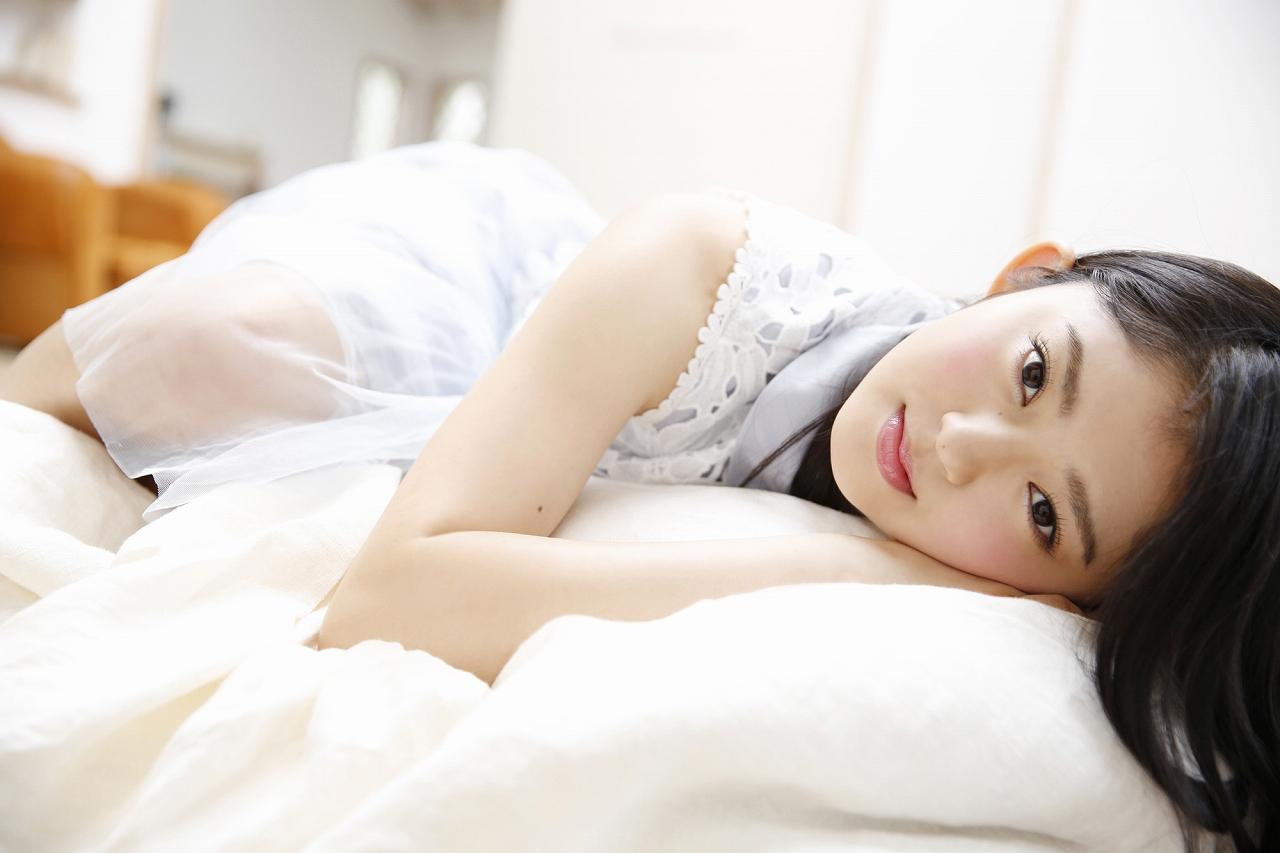 鈴本美愉の寝そべる画像