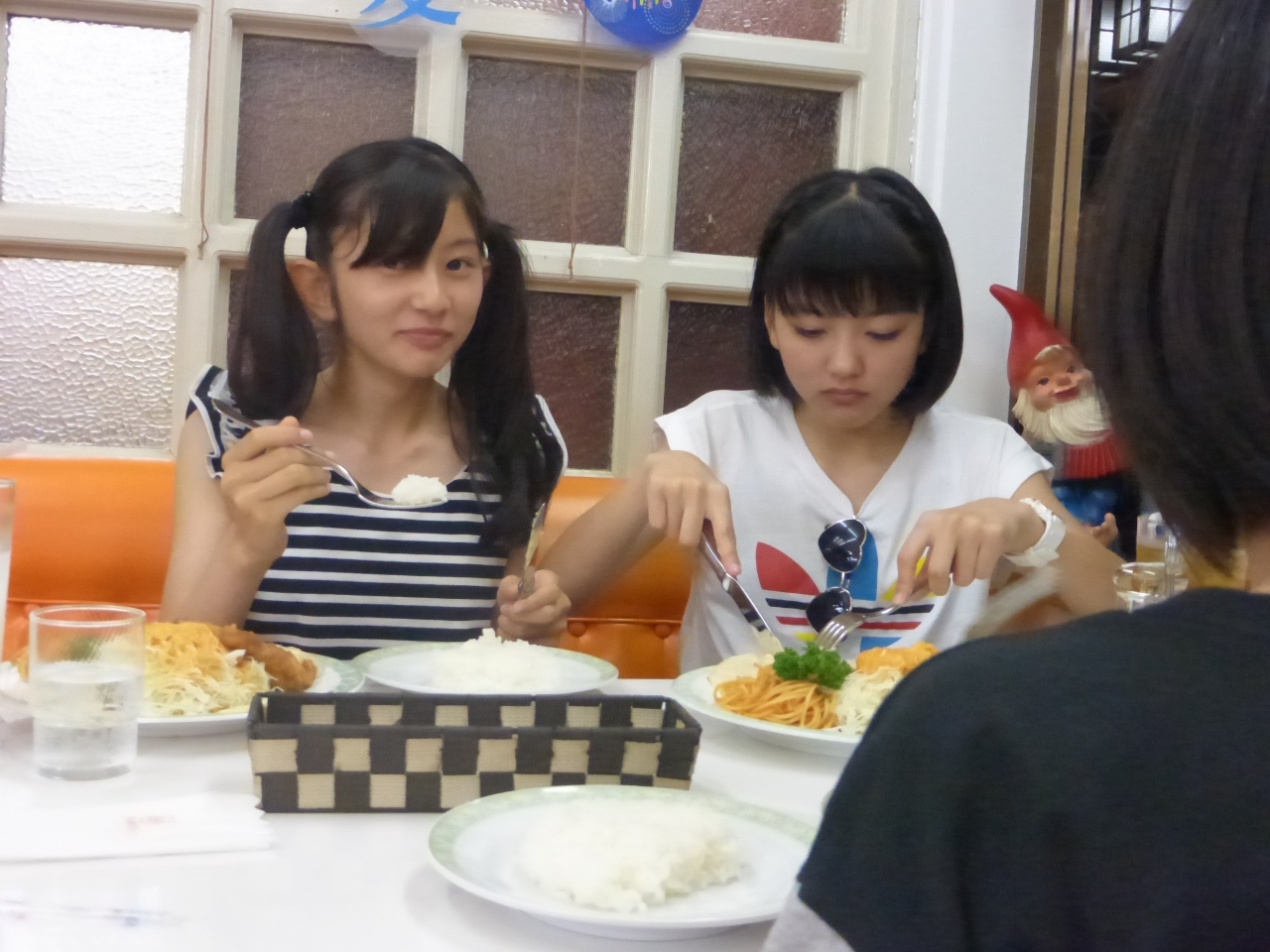 (瀬)ねえ、なんか撮られとるよ。(上)気にせんで食べよ!(さくら/理子)