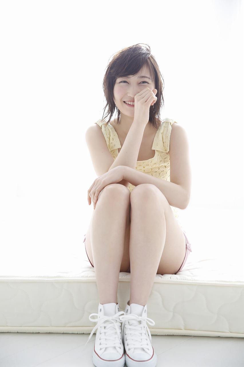 座って笑う志田愛佳