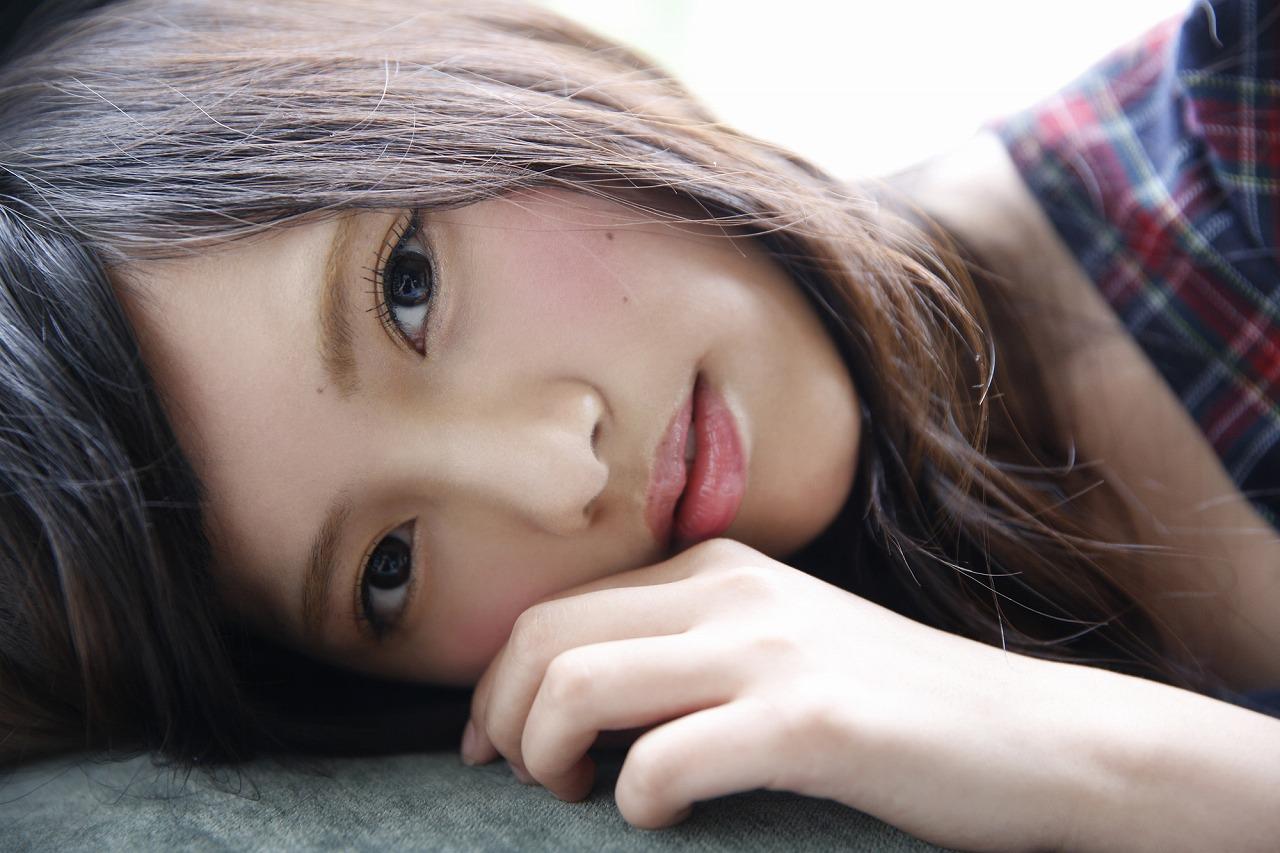 色っぽい表情でこちらを見つめる上村莉菜の画像