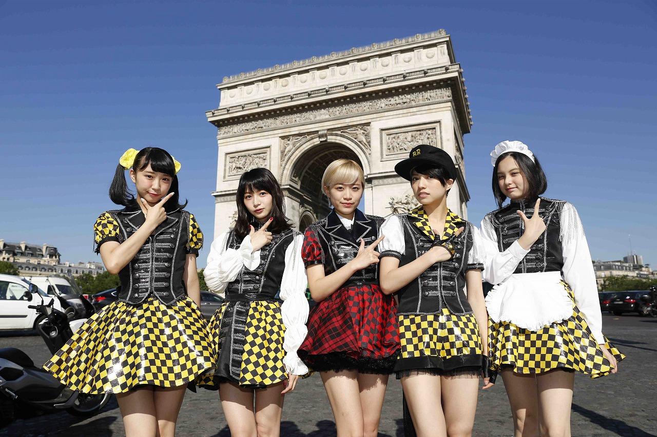 フランス・パリの凱旋門の前で