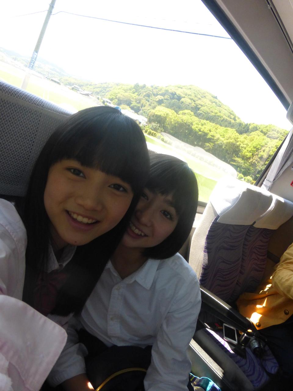 移動のバス、今回の席順は最後尾に西垣・春乃。(有彩/きいな)
